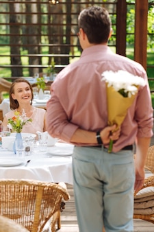 Годовщина отношений. счастливые любящие мужчина и женщина чувствуют себя прекрасно во время празднования годовщины отношений