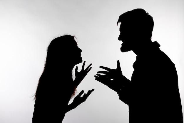 관계 어려움, 갈등 및 학대 개념. 남자와 여자 얼굴을 비명