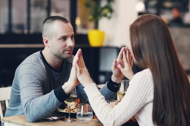 Relazione. coppia adorabile nella caffetteria