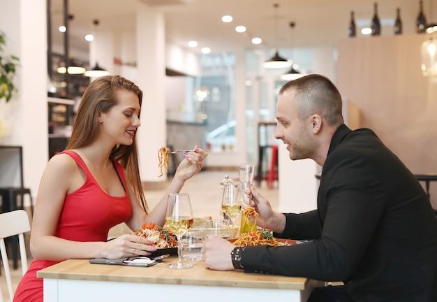 関係。カフェで素敵なカップル