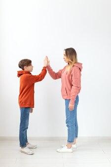 관계, 어머니의 날, 어린이 및 가족 개념-어머니와 아들 스웨터, 하이 파이브 제스처를 입고.