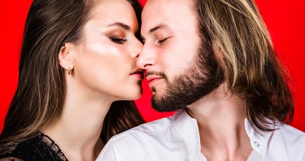 関係と愛。優しい情熱の官能的なカップル。女性と男性のキス。