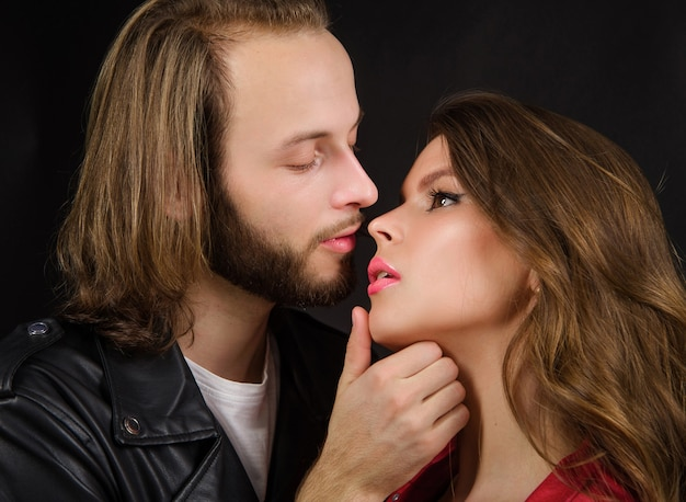関係と愛。女性と男性のキス。優しい情熱の官能的なカップル。