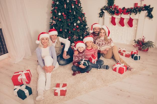 一緒にクリスマスのごちそうを楽しむ親戚