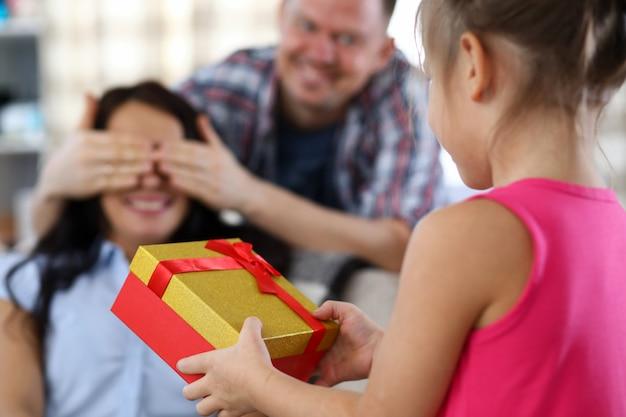 プレゼントを交換する親族