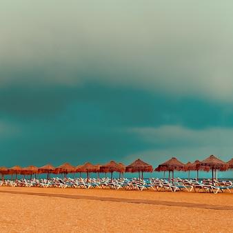 リラックス。ビーチ。海の上のビーチチェア傘