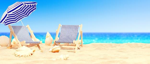 傘の下のデッキチェアで太陽の下で熱帯のビーチでリラックスしてください。