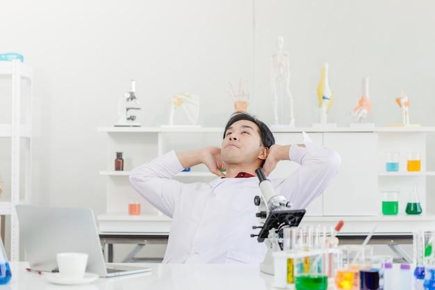 リラックスした科学者の医者は休憩を取る