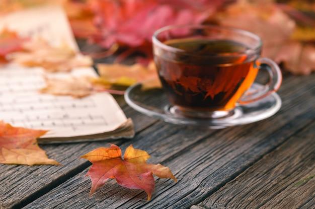 가을 시즌에는 휴식을 취하십시오. 테이블에 붉은 단풍 잎