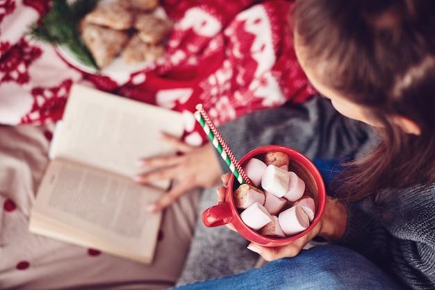 마시멜로를 곁들인 핫 초콜릿 머그와 함께 휴식을 취하세요