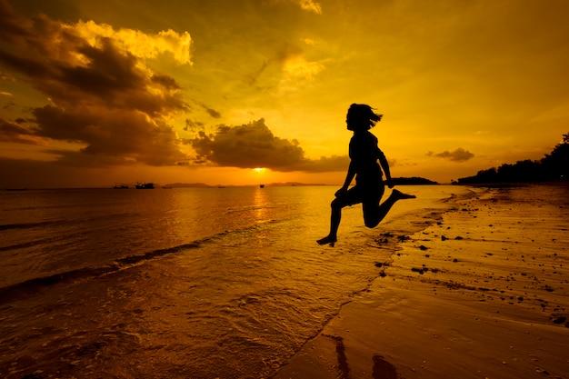 해변에서 여자 점프 바다 휴식