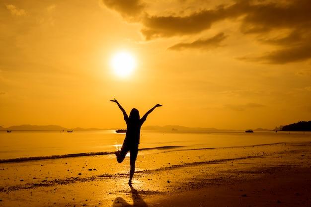 해변에서 바다를보고 여자 휴식