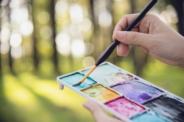 Расслабьтесь женщина живопись акварелью произведения искусства в зеленом саду лесной природы