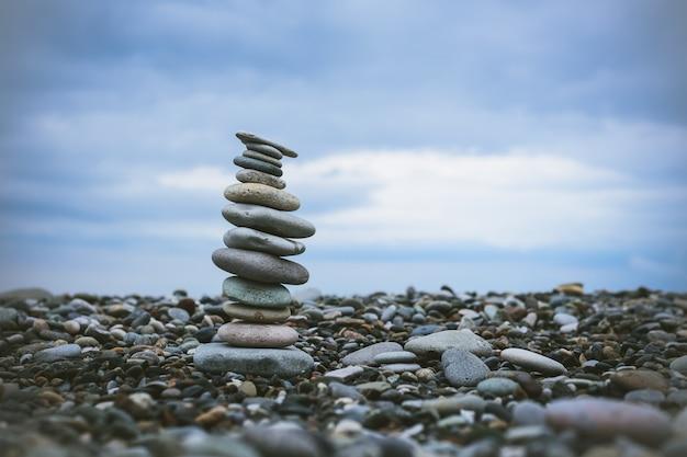 海でのリラクゼーション。ビーチで石のスタック。