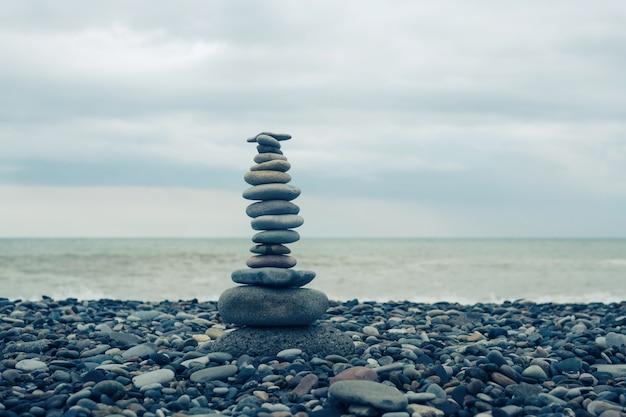 海でのリラクゼーション。ビーチの石のスタック