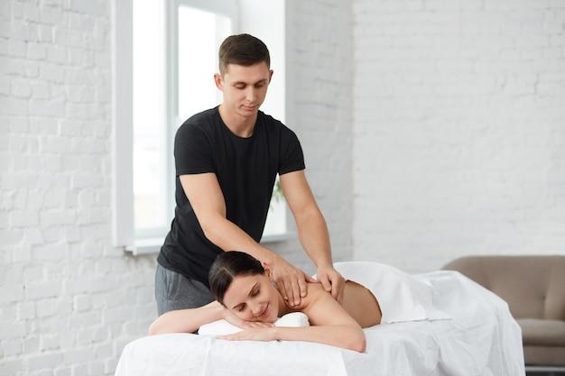 휴식, 미용, 신체 및 얼굴 치료 개념. 홈 마사지.