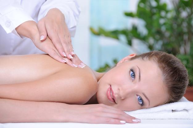 Relax e massaggio salutare per la giovane donna nel salone della stazione termale