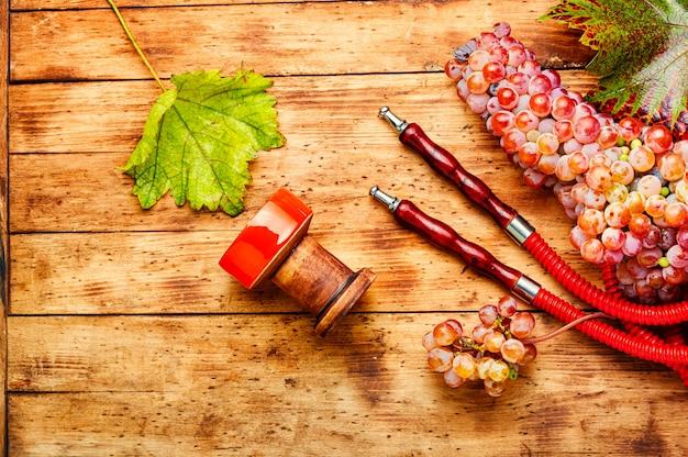 Расслабляющий кальян с виноградным табаком. ароматный кальян виноградный. кальянный кальян с ягодами.