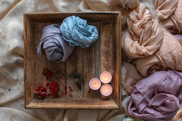 Релаксационный ритуал, свечи и засушенные цветы на дереве