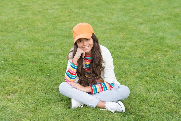 Расслабился после уроков. окончание учебного года. подросток студент носить кепку. время, чтобы расслабиться. милая улыбающаяся уверенная в себе школьница. детское счастье. обратно в школу. веселый малыш с повседневным взглядом.
