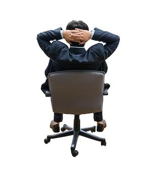 Расслабленный и мечтающий деловой человек сидит на офисном стуле