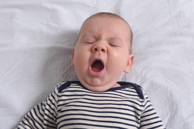 リラックスした赤ちゃんのあくび
