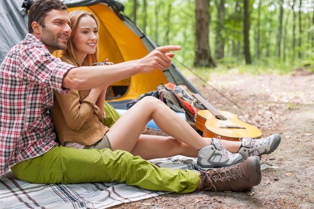 숲에서 즐기는 편안한 커플.