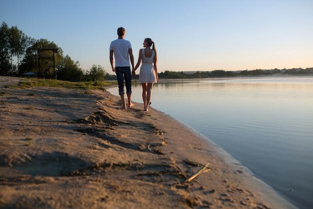 편안한 커플 야외 산책