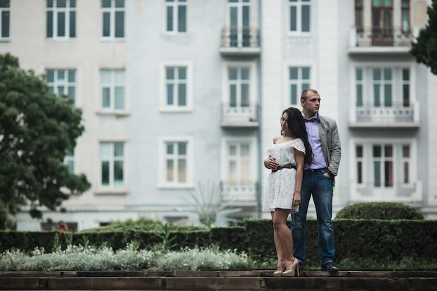 건물 배경으로 편안한 커플