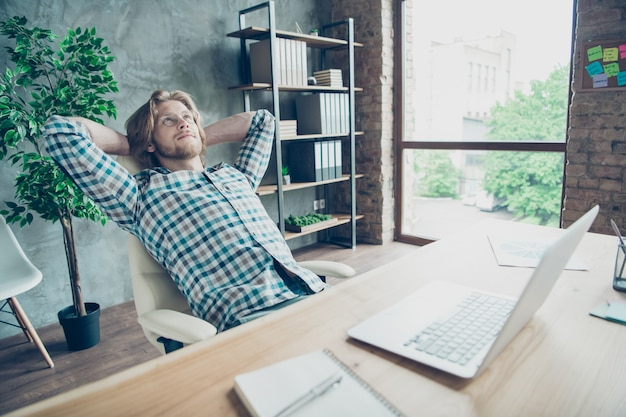ラップトップでオフィスで働くリラックスした従業員
