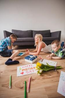 母の日にリラックスした家族の絵を描く