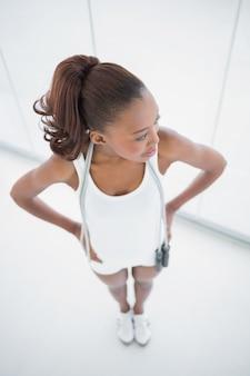 肩にロープを飛ばしているリラックスフィットの女性