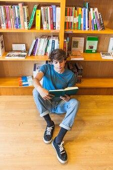 도서관 바닥에 책을 읽고 편안한 십대