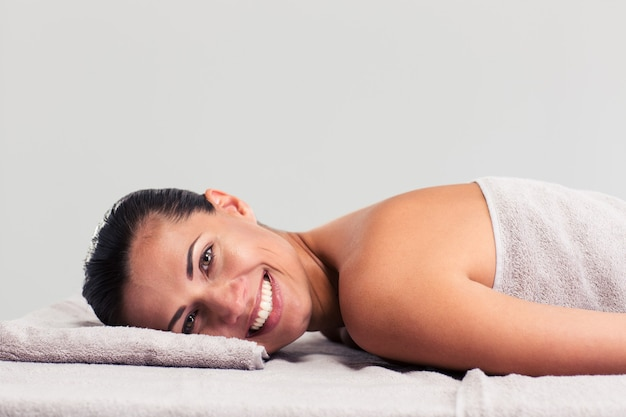 Расслабленная женщина, лежа на массажном шезлонге