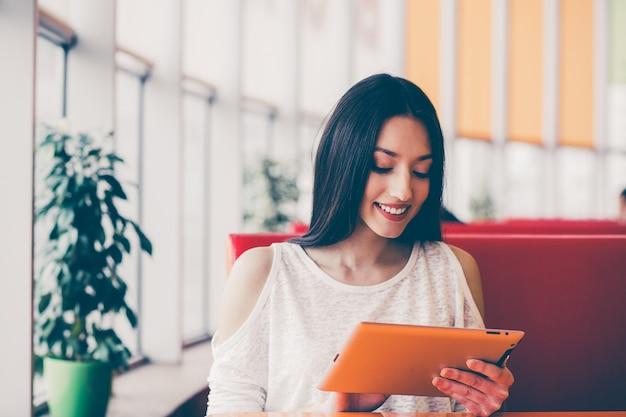 Ослабленный женщина рассматривает ее электронную почту