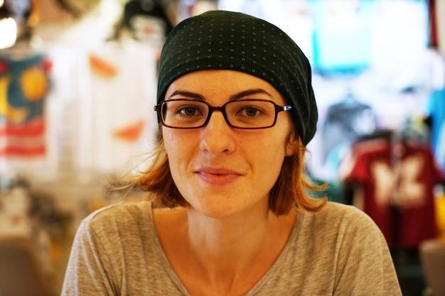 Ослабленный женщина в очках
