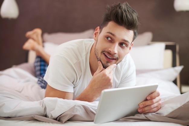 デジタルタブレットでベッドでリラックス