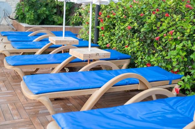 수영장 옆에 있는 편안한 라운지 의자. 고품질 사진