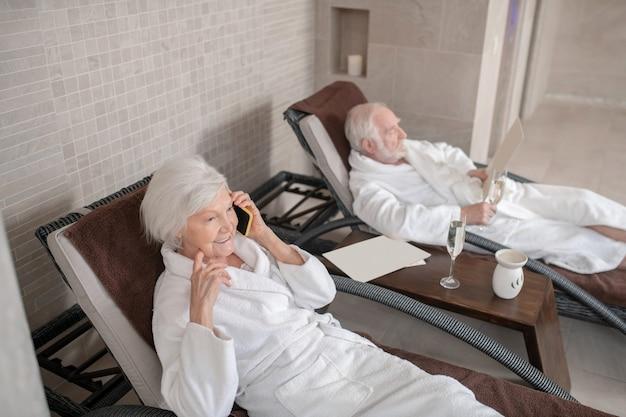 휴식. 스파 센터에서 의자 라운지에 누워 흰 가운에 성숙한 부부