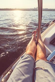 Расслабляющая сцена на яхте