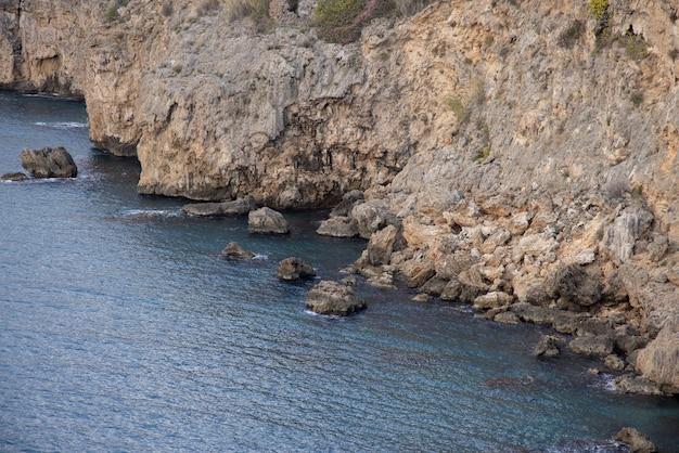 リラックスした海と岩の背景