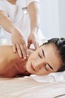 Расслабляющий массаж плеч