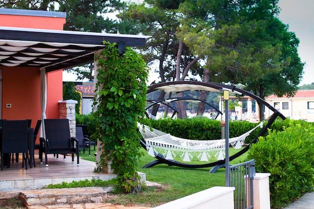 고급 호텔의 여름 정원에서 해먹으로 편안한 시간