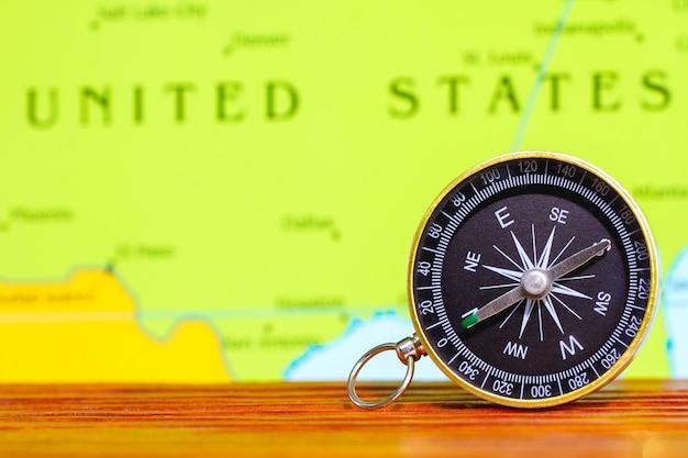 Надежность и уверенность во время поездок. магнитный компас на топографической карте.