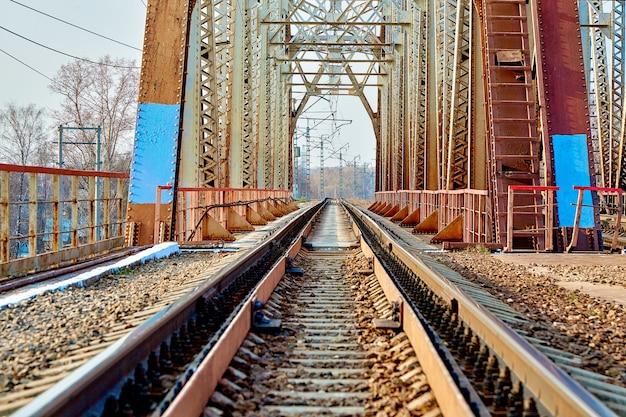 美しい自然と青い空を背景にした、信頼性の高い鉄道橋。橋をのぞきます。バックグラウンド。