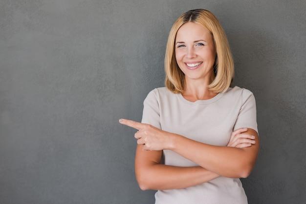 あなたの広告のための信頼できる笑顔。離れて笑顔で幸せな成熟した女性