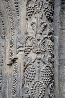Рельеф на старой колонне средневековый орнамент украшение здания