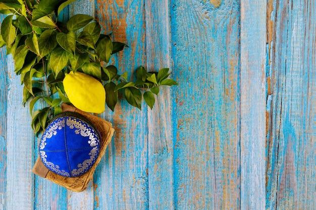 Религия иудейское празднование священного праздника суккот в этроге, лулав, хадас арава кипа и шофар талит