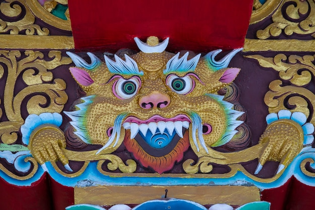 인도 북부 라다크 지역의 산촌 레 근처에 있는 불교 티베트 수도원에서 호랑이 모양의 종교 이미지가 닫혀 있습니다.