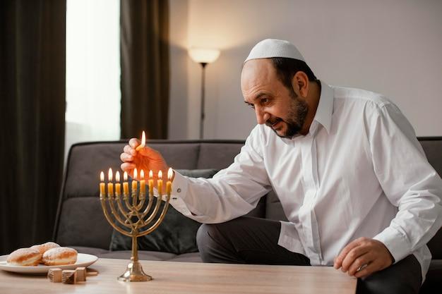 Религиозный человек зажигает свечу